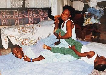 Mario Balotelli jeune jouant avec sa mère biologique et son frère Enoch