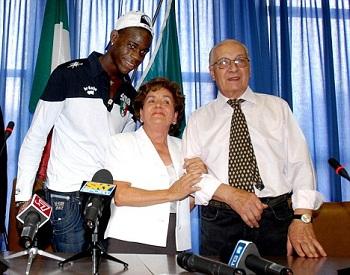 Mario Balotelli avec ses parents adoptifs le jour où il a obtenu la nationalité italienne