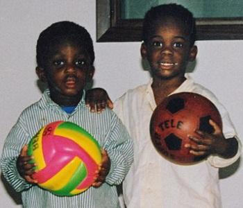 Mario Balotelli (à droite) à l'âge de 3 ans en compagnie de son frère Enoch