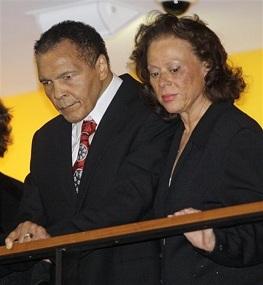 Le 14 janvier à Louisville (Kentucky), Mohammed Ali et son épouse Lonnie assistent à une cérémonie pour ses 70 ans