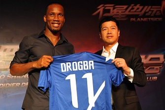 Didier Drogba en compagnie de Zhu Jun, directeur de Shangai Shenhua lors d'une conférence de presse le samedi 14 juillet 2012