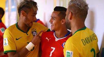 Neymar et Dani Alves saluent le chilien Alexis Sanchez