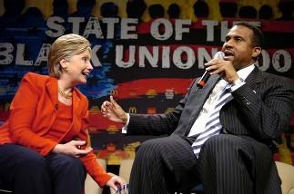 Tavis Smiley reçoit Hillary Clinton en février 2008 à l'occasion du ''state of the black union'', un colloque qu'il tient tous les ans