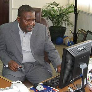 Aliko Dangote inhabituellement vêtu d'un costume