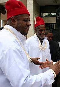 Forest Whitaker et Danny Glover lors de leur séjour au Nigeria en avril 2009