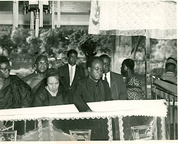 Les funérailles de Web Du Bois, décédé et enterré au Ghana en 1963. On reconnait Kwame Nkrumah et Shirley Du Bois, la veuve
