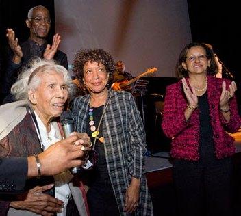 Jenny Alpha avec Marie Luce Penchard lors d'un hommage à l'occasion de ses 100 ans