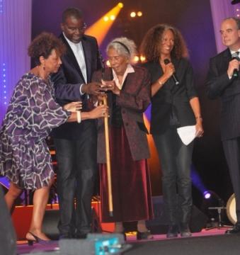 Jenny Alpha en 2009 aux trophées afro-caribéens où elle avait reçu un trophée spécial. On reconnait notamment Jacques Martial et Fréderic Mitterrand