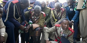 La délégation  gouvernementale de la Namibie rend hommage aux victimes  avant de prendre possession des restes humains.