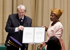 Le Professeur Einh�upl et Mme Esther Moombolah  du 'Heritage Council'  of Namibia  avec le document de restitution  � Photothek/Trutschel