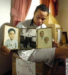 Abriel Thomas, un cousin d'Emmett Till, pr�sente un album photo relatant l'adolescence de Till � Chicago
