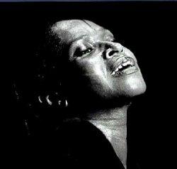 Liz Mac Comb a repris le flambeaux des grandes chanteuses de gospel.