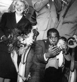 Louis Armstrong accueilli par un jeune fan à Dusseldorf en 1952
