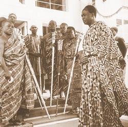 Kwame Nkrumah en tenue traditionnelle, le 6 Mars 1957, jour de l'indépendance de l'ex-Gold Coast, devenue Ghana