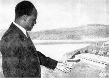 Kwame Nkrumah présentant l'un de ses plus ambitieux projets, le barrage hydro-électrique