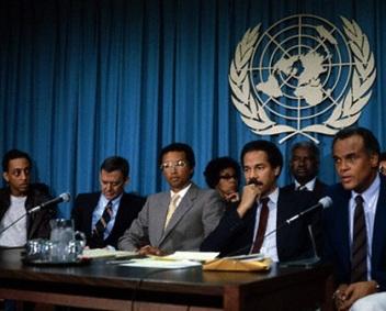 Gregory Hines, Tony Randall, Arthur Ashe, Ruby Dee, Randall Robinson, Ossie Davis, et Harry Belafonte, annoncent la naissance de l'association ''Artists and Athletes Against Apartheid' lors d'une conférence de presse aux Nations-Unies