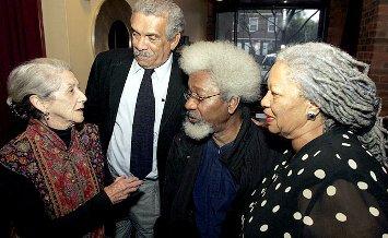 Derek Walcott en compagnie de trois autres prix nobel de littérature : Nadine Gordimer, Wole Soyinka et Toni Morrison