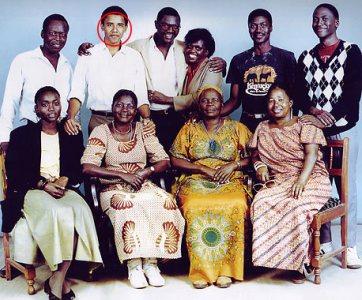 Une photo prise au Kenya à la fin des années 80 : on reconnait notamment assises de gauche à droite : Auma, Keziah et Sarah Obama. Debout en 3è position en partant de la gauche, Malik Obama