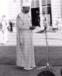 Diallo Telli prononçant un discours le 1er Janvier 1970, jour où le drapeau de l'OUA est hissé pour la première fois à Addis Abeba