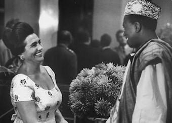 Modibo Keita et Mme Josip Broz en août 1961 lors d'une conférence à Belgrade