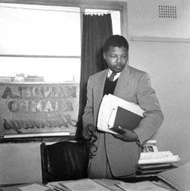 Nelson Mandela dans le cabinet qu'il partageait avec Oliver Tambo
