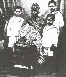 La mère de Blaise Diagne et ses trois petits-enfants