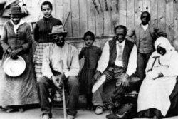 Harriet Tubman (1ère à gauche) et des esclaves qu'elle conduisait à la liberté photographiés à une station de l'Underground railroad