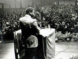 Amilcar Cabral prenant la parole devant le Labour Party hollandais à Amsterdam en 1973