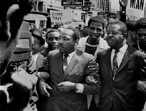 Martin Luther King et Ralph Abernaty fin mars 1968. Une semaine plus tard, King sera assassiné