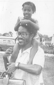 Walter Rodney en compagnie de sa fille Asha, plus jeune membre de la famille