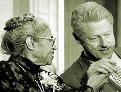 Rosa Parks en compagnie de Bill Clinton