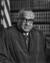 Thurgood Marshall, avocat puis juge, fut le premier noir à siéger à la Cour Suprême américaine