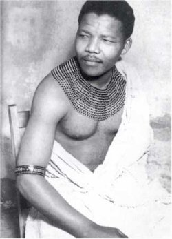 Nelson Mandela en costume traditionnel Xhosa