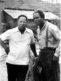 Alex Haley et Georg Stanford Brown sur le tournage de ''Roots, the next generation''