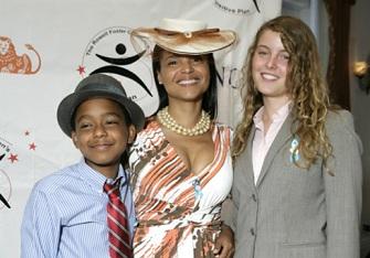 Une famille métisse : l'actrice Victoria Rowell et ses deux enfants biologiques Jasper et Maya