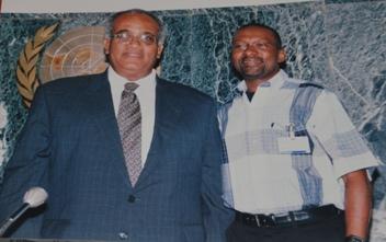 Mohammed Jalloh en compagnie de Salim Ahmed Salim, ex secrétaire général de l'OUA
