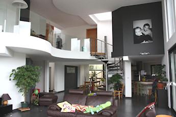 Séjour en double hauteur réalisé dans la maison de Dahlenheim