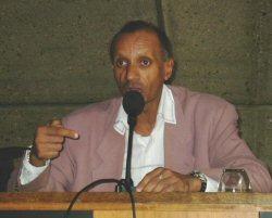 Patrick Nguema Ndong durant une conférence à Paris
